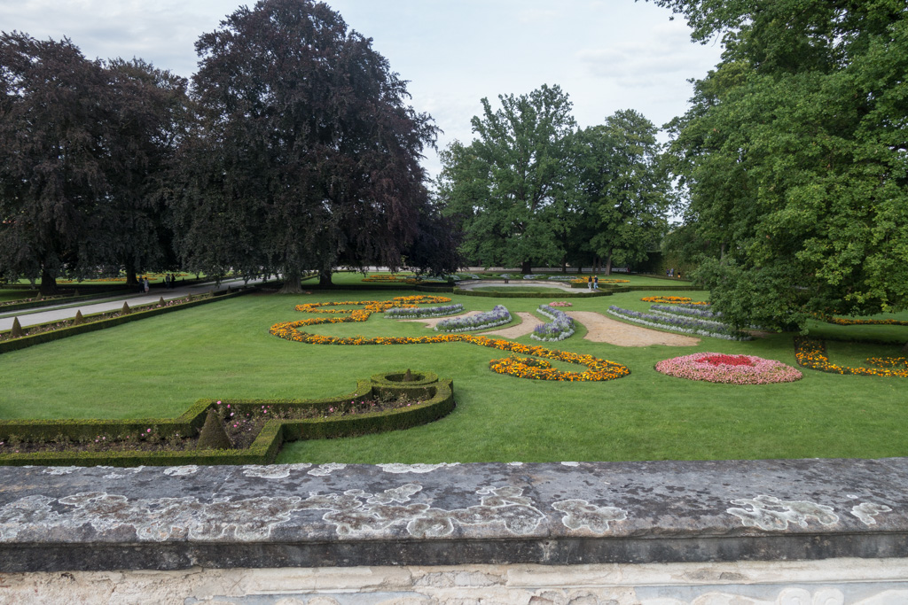 There were formal gardens behind the palace.